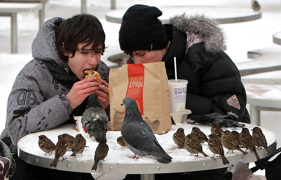 6) Двое подростков едят фаст-фуд в Москве. (Maxim Shipenkov/European Pressphoto Agency)