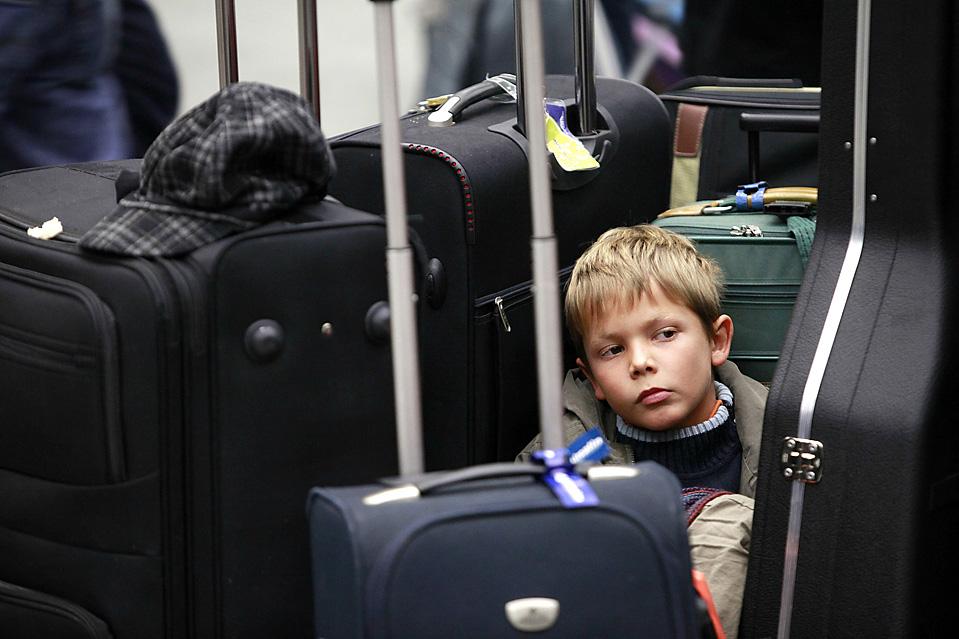 7) Маленький пассажир ждет на лондонском вокзале Санкт-Панкрас скоростной поезд компании Eurostar, идущий через тоннель под Ла-Маншем ждали. Поезда Eurostar перестали ходить с вечера 18 декабря после того, как в Евротоннеле под Ла-Маншем из-за технических проблем, вызванных неблагоприятными погодными условиями, застряли несколько составов Париж - Лондон. (JasonAlden/Bloomberg)
